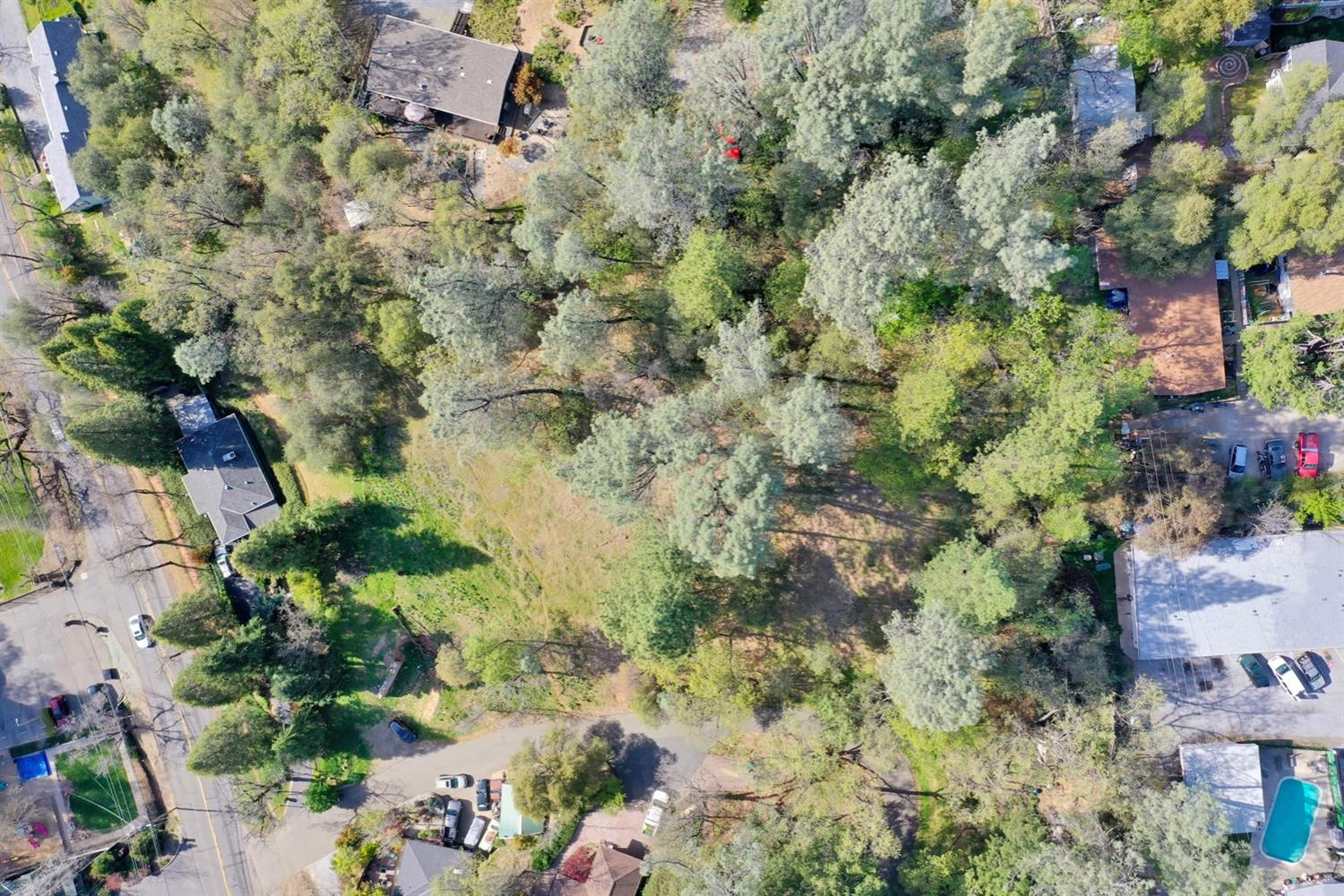 Sweet 1 plus acre lot in Placerville. Would be a great property to build your new home, water, sewer and power are at property. The lot runs all the way up the hill with Vivian Court on the south border. Great location, just walk downtown for shopping or great meals and just a quick drive to Highway 50.