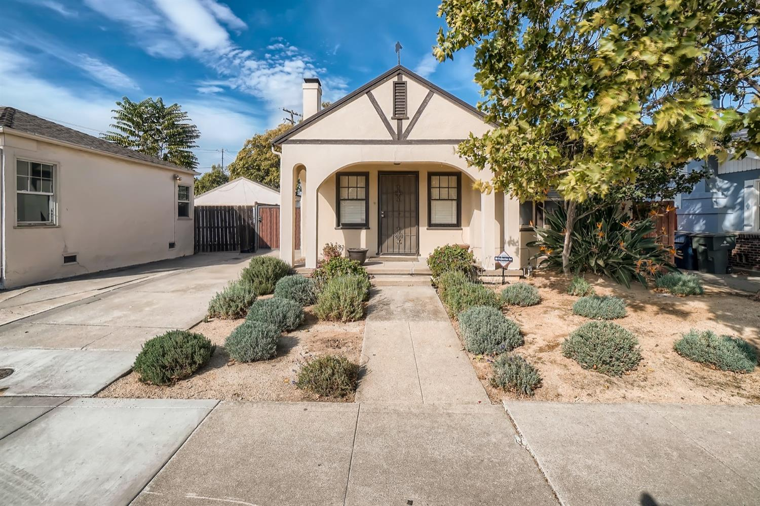 Nestled in the desirable Med Center enclave, this 2 bedroom, 1 bathroom cottage welcomes you home!
