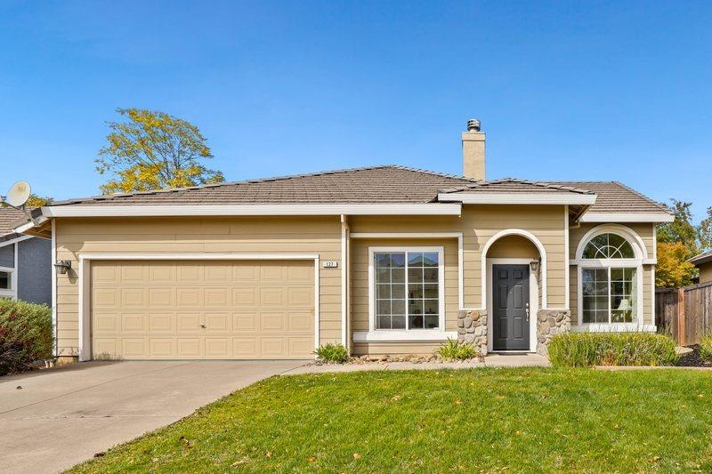 Beautiful 2-3 bed 2 bath Single Story home in fantastic Cobble Hills Ridge Community. This sparkling