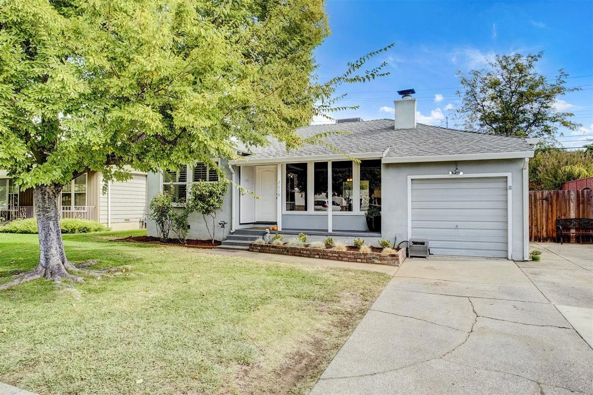 Del Paso Manor cutie! You will love the bright floorplan that spills natural light throughout. The l