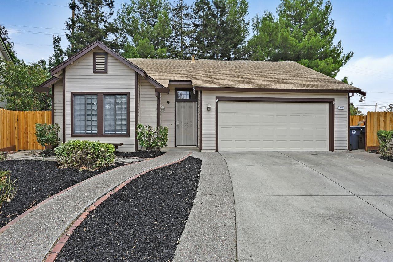 What an opportunity to purchase a great home in the popular Laguna north neighborhood of Elk Grove.