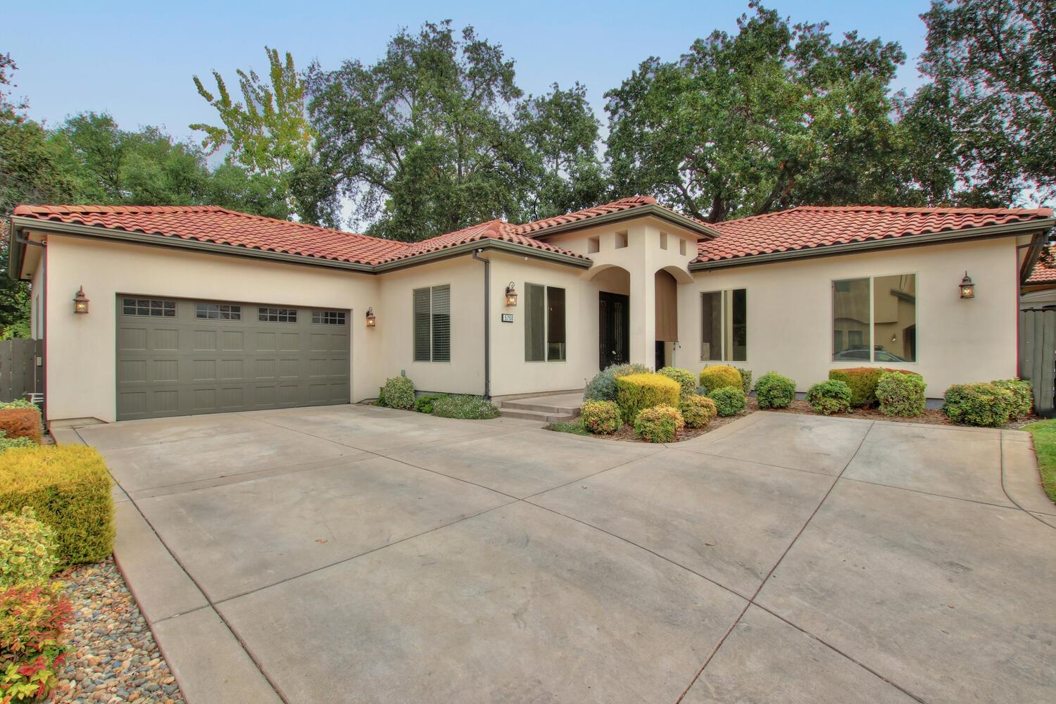 Located end of private court Your new home boasts an open concept w/ great room & a formal dining ro