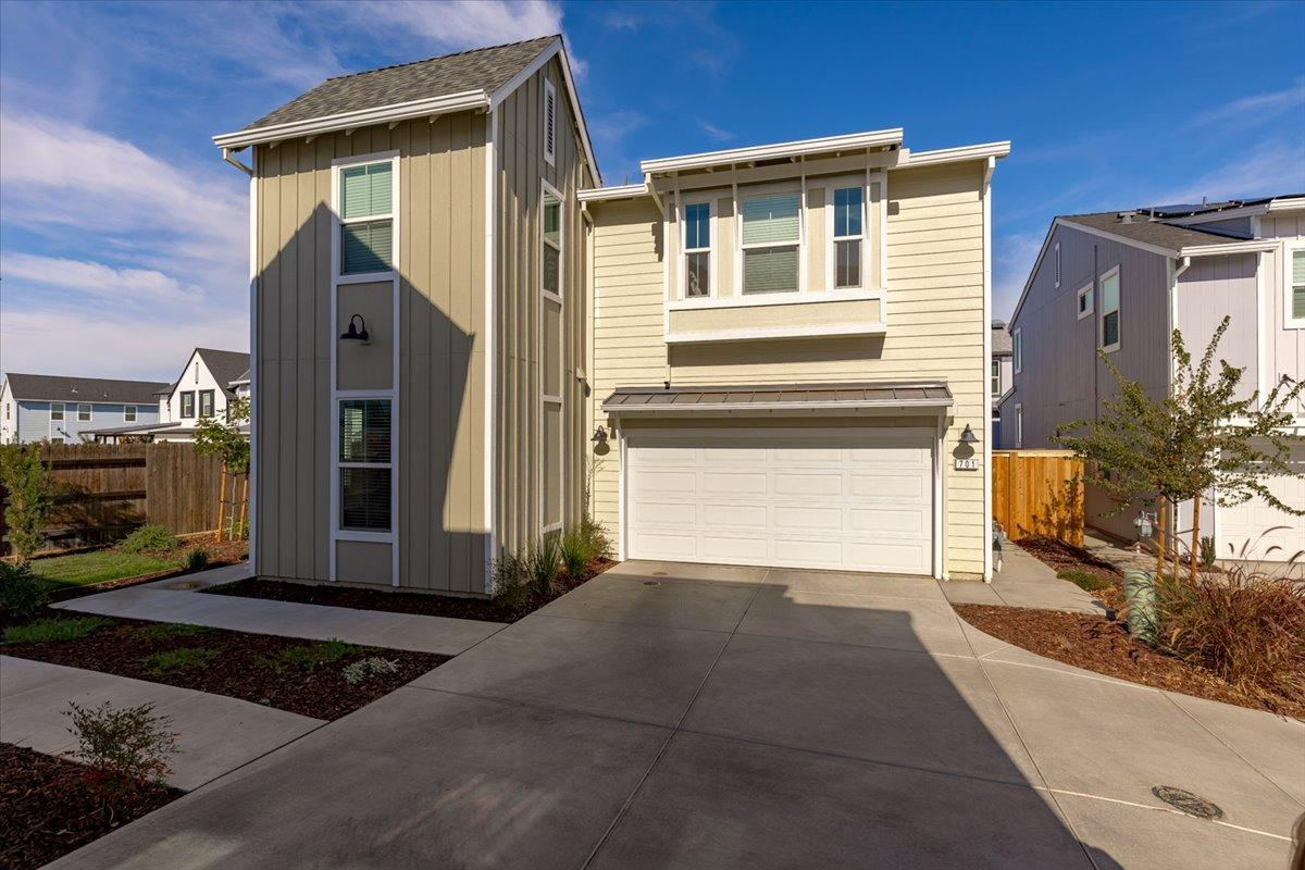 Folsom's Farmhouse Community is located within walking distance to great restaurants, shopping, ligh