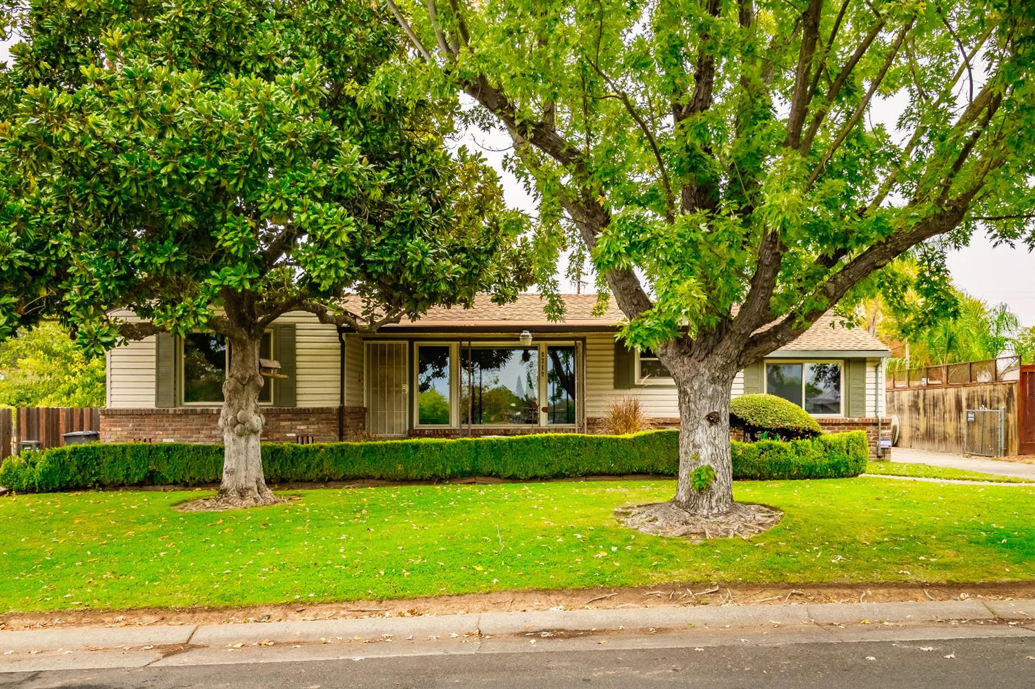 This charming and spacious 3 bed 2 bath Sacramento home is located across from Del Paso Manor Elemen