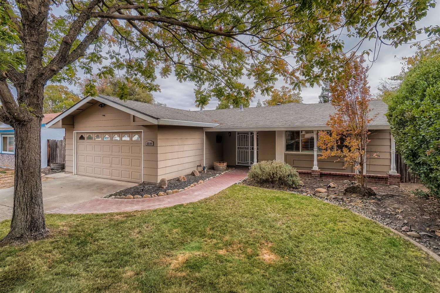 Beautiful 3 bed, 2 bath home with open floor plan in Citrus Heights area. Centrally located on a lar
