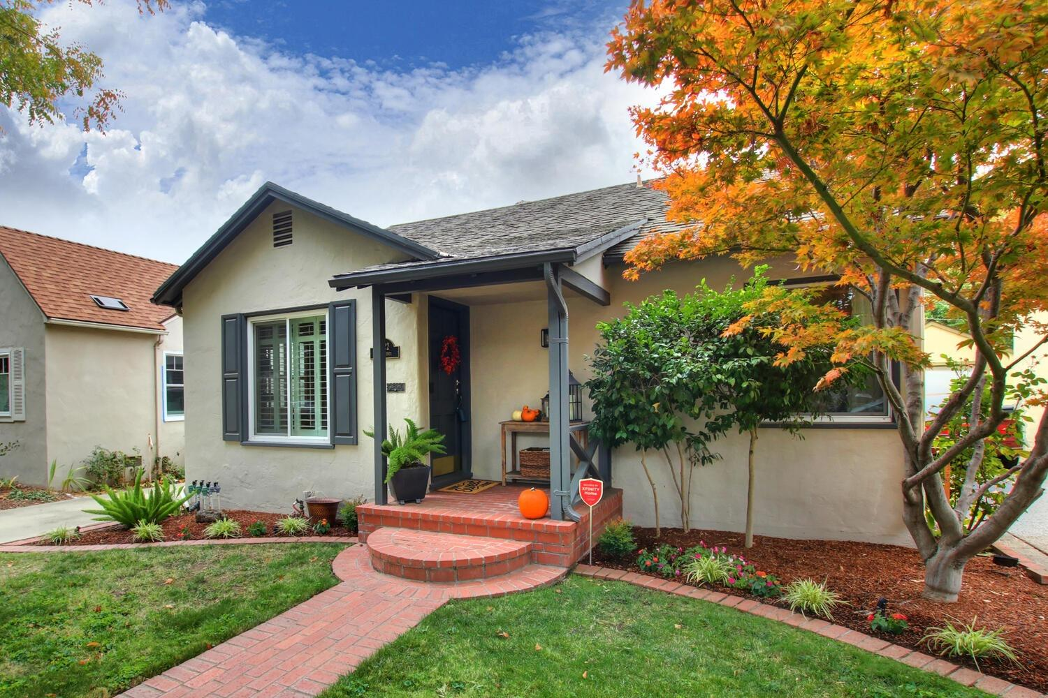 BEAUTIFUL LAND PARK COTTAGE IN FANTASTIC LOCATION!! This enchanting home is close to some of the bes